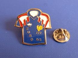 Pin's Euro 92 - Maillot Bleu FFF Fédération Française De Football - Coq Jaune Sportif Tricolore Foot Ballon (PAC18) - Calcio