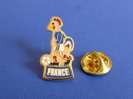 Pin's France - FFF Fédération Française De Football - Coq Sportif Tricolore Foot Ballon (PAC23) - Football