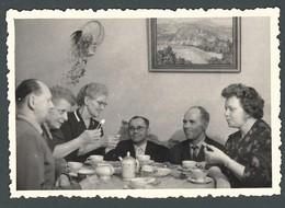 Famille à L'heure Du Thé Café Goûter Femme Offrant Une Gourmandise Et CURIOSITE Hommes Nains à Table PHOTO INSOLITE - Persone Anonimi
