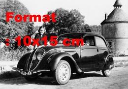 Reproduction D'une Photographie Ancienne D'une Femme Posant Devant Une Peugeot 202 - Repro's
