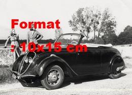 Reproduction D'une Photographie Ancienne De Deux Femmes Posant Près D'une Peugeot 202 Cabriolet - Reproducciones