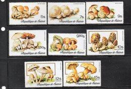 Q289 - GUINEA 1977 , Serie Michel N. 759/766  ***  Integro    (M2200)  FUNGHI - Guinée (1958-...)