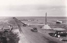 Cpsm Automobile  Noirmoutiers (85 ) Voitures Au Passage Du Gois Citroën Traction Avant Et DS , ...     Ed Cap - Passenger Cars