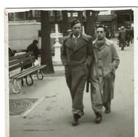 1942 - Photo 8 Cm X 8 Cm - Marcheur Et Marcheuse De Rue - 2 Hommes étudiants à Inst. Gramme Liège - Voir Scan - Personnes Anonymes