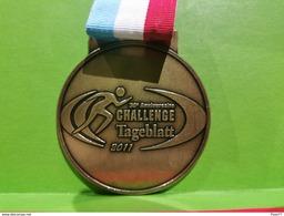 Luxembourg Médaille, 30e Anniversaire Challenge Tageblatt 2011 - Entriegelungschips Und Medaillen
