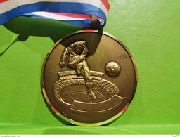 Luxembourg Médaille, Champion 2 Équipe F. C. Ehlerange 88/89 - Entriegelungschips Und Medaillen