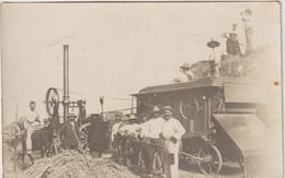 CPA    CARTE PHOTO BEAU PLAN  MOISSONNEUSE  BATTAGE    A IDENTIFIER    13 - Tracteurs