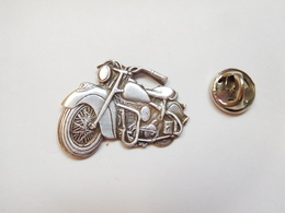 Superbe Pin's En Relief , Moto Harley Davidson - Motos