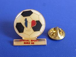 Pin's Special Sport Euro 92 - Tournoi Football - Coq Sportif Tricolore Foot Ballon (PAC36) - Football