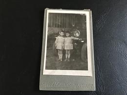 CDV PHOTO Garçons Jumeaux En Robe à Carreaux Devant Vieille Auto - HOCH Laurent - GRANVILLE - Anonymous Persons