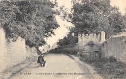 VAL D'OISE  95  AUVERS SUR OISE - VIEILLE PORTE A CRENEAU RUE DAUBIGNY - Auvers Sur Oise