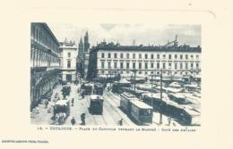 31 - TOULOUSE - Place Du Capitole Pendant Le Marché, Belle Animations Voitures , Tram, Bus ... CP Gaufrée - Toulouse