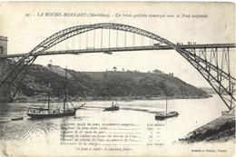 CPA DE LA ROCHE-BERNARD  (MORBIHAN)  UN BRICK-GOELETTE REMORQUE SOUS LE PONT SUSPENDU - La Roche-Bernard