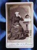 """Photo CDV  Deslandes à Paris  Femme Agée Assise  Couronne """"A Mon Fils 1870""""  Coiffe Avec Un Voile  CA 1875 - L498I - Oud (voor 1900)"""