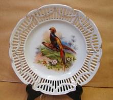 Lot. 1281. Assiette Décorative Ajourée Avec Décor D'un Couple De Faisans - Ceramics & Pottery