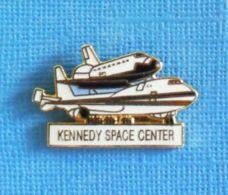1 PIN'S //  ** KENNEDY SPACE CENTER / BOEING 747-100 MODIFIÉ PORTEUR DE LA NAVETTE SPATIALE AMÉRICAINE ** . - Espace