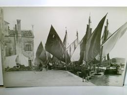 Chioggia. Canal. Alte, Selten AK S/w. Partie Am Canal, Boote Mit Segeln, Gebäude, Personen, Venedig, Venezia, - Italië