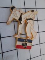 616c Pin's Pins / Beau Et Rare / THEME : SPORTS / BAGARRE EN PYJAMA MA FEET IN YA FACE !!  KARATE - Judo