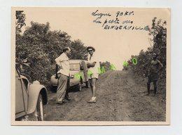 PHOTO - AFRIQUE - COTE D'IVOIRE LA PISTE VERS BINGERVILLE - QUAND UNE VOITURE CITROEN 2CV RENCONTRE UNE 2CV CAMIONNETTE - Anonyme Personen