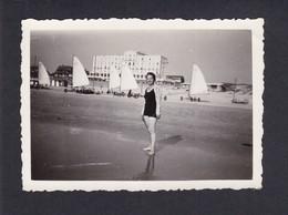 Photo Originale Vintage Snapshot Jeune Femme Maillot De Bain Le Touquet Paris Plage ( Char à Voile Pin Up Ref41425) - Lieux