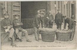 NOS DOUANIERS A LA FRONTIERE AU POSTE VISITE DES PANIERS D'OEUFS - Douane