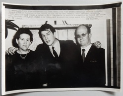 RARE ET AUTHENTIQUE PHOTO DE PRESSE 1966 BRUXELLES SALVATORE ADAMO AVEC SES PARENTS - Fotografie