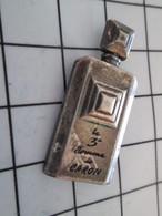 616c Pin's Pins / Beau Et Rare / THEME : PARFUMS / FLACON DE PARFUM LE 3e HOMME DE CARON Par AUBERT - Parfums
