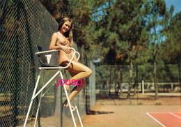 Photo : Montalivet Les Bains,  Le Camping Naturiste, Tennis, Photo D'une Ancienne Carte Postale,  2 Scans - Nus Artistiques (1960-…)
