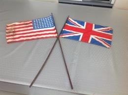 2 Drapeaux états-unis Et Royaume-unis à La Libération Dim. Drapeaux 46x27cm Env. Bâtons 80cm Long. - 1939-45