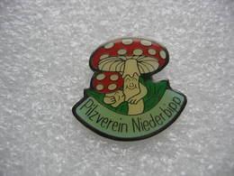 Pin's De L'Association De Champignons De La Ville De NIEDERBIPP En Suisse - Associations