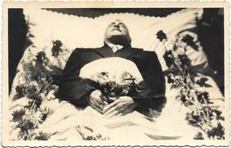 Postmortem -homme Sur Lit De Mort - Format Carte Postale - Personnes Anonymes