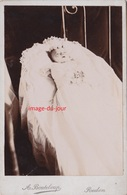 PHOTO ANCIENNE CABINET POST MORTEM ENFANT SUR SON LIT DE MORT BOUTELOUP REDON - Anciennes (Av. 1900)