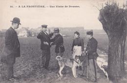 DOUANE - Carte Postale - A La Frontière - Douaniers - Scène De Douane - Fouille - Chiens - Non écrite / Customs / Zoll / - Customs