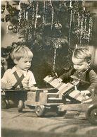 Enfants Devant Sapin De Noel - Jouets : Avion, Camion - Frohliche Weihnachten - Enfants