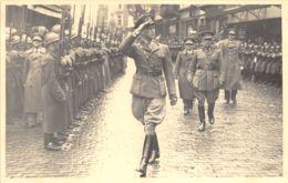 Carte-Photo - S.M. Le Roi Et Officiers - Uniforme, Fusils - Uniforms