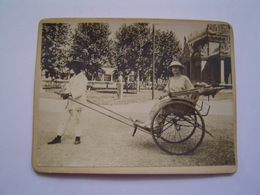 PHOTOGRAPHIE Ancienne : INDOCHINE / MADAME AUZIAS En Pousse Pousse / EXPOSITION COLONIALE / MARSEILLE 1922 - Lieux