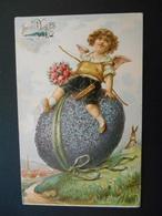Ange Avec Arc Et Bouquet De Roses Assis Sur Gros Oeuf En Violettes Dans Paysage Campagne - Gaufrée - Anges
