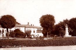 ROUMANIE / ROMANIA : RÂMNICU VÂLCEA : PRIMARIA Si STATUIA ALEXANDRU LAHOVARI - VRAIE PHOTO / REAL PHOTO ~ 1930 (ae657) - Roumanie
