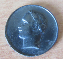 Petite Médaille Uniface Représentant Un Empereur (Napoléon ??) - Métal à Patine Noire - Diam. 20 Mm - Jetons & Médailles