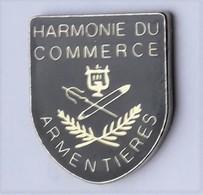 A26 Pin's Lyre HARMONIE FANFARE Du Commerce ARMENTIÈRES Nord Achat Immédiat - Musique
