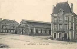 CPA 79 Deux-Sèvres Parthenay Halle Aux Grains Et Hotel De France - Parthenay