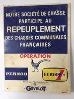 Pas Courante Cette Plaque Notre Société De Chasse Participe Au REPEUPLEMENT ............avec Pub Pernod-Gévelot-Europe 1 - Advertising (Porcelain) Signs