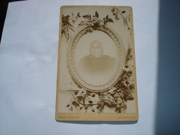 GRANDE PHOTO CDV CARTON - PERSONNE DECEDEE SUR SON LIT DE MORT ( PHOTO MARLIER MORLANWELZ ) VERS 1910 POST MORTEM - Personnes Anonymes