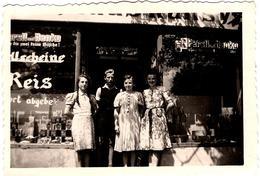 Photo Originale Famille Posant Devant Son épicerie Sous Le III Reich, Persil Und Henko, Vitrine & Objets Divers - Professions