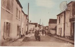 Taugon  17  La Grande Rue Animée Motos Et A Droite TAUGON  Epicerie - Frankreich