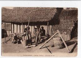 MADAGASCAR * AFRIQUE * REGION TANALA * PILEUSE DE RIZ * Carte Sépia - Madagaskar