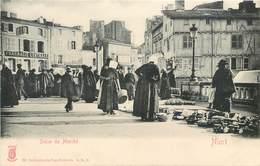 CPA 79 Deux-Sèvres Niort Scène Du Marché Pharmacie Centrale - Niort