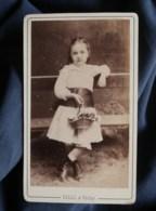 Photo CDV  Silli à Vichy  Jolie Fillette  Robe Avec Une Large Ceinture  Panier Fleuri  CA 1890 - L498K - Ancianas (antes De 1900)