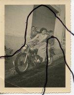 PHOTOGRAPHIE. AIN. OYONNAX. MOTO MOTOBECANE .Femme Enfant Assis Sur Une Moto. Immatriculation 264-AH-01. JUIN 1953 - Automobiles