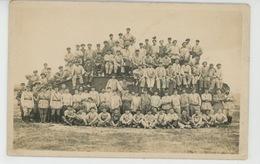 MILITARIA - REGIMENTS - ARTILLERIE - Belle Carte Photo Militaires Posant Avec Un Tank Au CAMP DE CHALONS En 1927 - Régiments